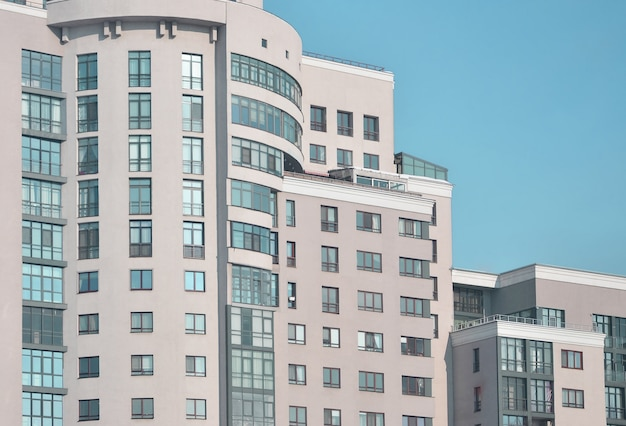 Meerdere verdiepingen kantoorgebouw met blauwe lucht
