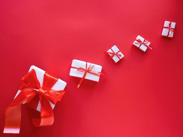 Meerdere witte geschenkdozen met rode banden
