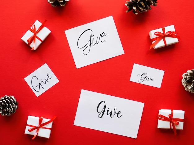 Meerdere witte geschenkdozen notities met berichten en dennenappels
