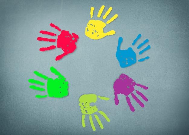 Meerkleurige geschilderde handafdrukken op de achtergrond