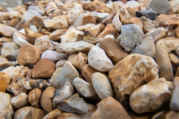 Meerkleurige stenen kiezelstenen die worden gebruikt voor decoratieve werken in landschapsarchitectuur