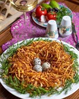 Meerkoeten eieren in het delicate aardappelmeel close-up