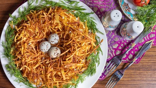 Meerkoeteneieren in het bovenaanzicht van het delicate aardappelmeel