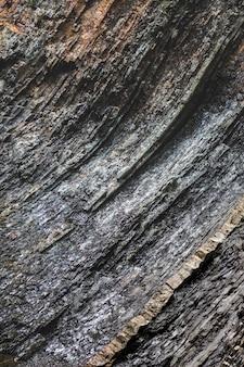 Meerlagige donkere rotsachtige geologische lagen
