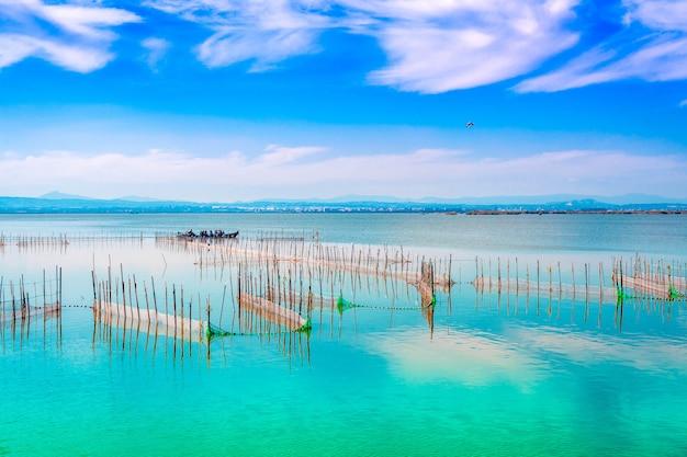 Meerlandschap met turkooise wateren met blauwe hemel