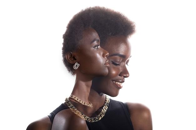 Meervoudig blootstellingsportret van zwarte afrikaanse amerikaanse vrouw met gelukkige glimlach en ernstige gezichtsuitdrukking. gezondheid en succes concept.