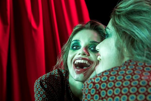 Meervoudig spiegeleffect van vrouw die eruit ziet als joker