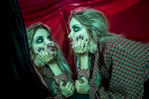 Meervoudig spiegeleffect van vrouw die haar gezicht afvlakt