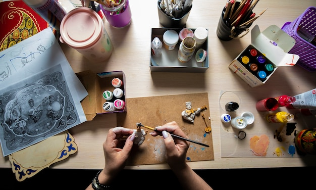 Meester die minifiguren schildert met penseel