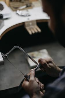 Meester in het werken met metalen apparatuur