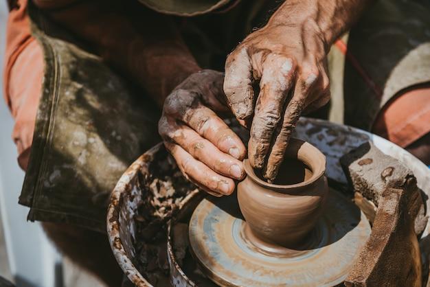 Meester maakt een pot met klei