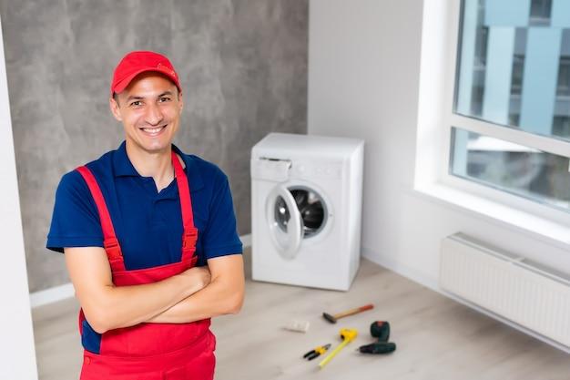 Meester repareert de kapotte wasmachine