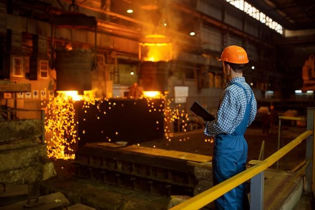 Meester-staalmaker in oven, staalfabriek