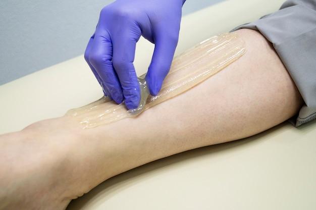 Meester sugaring produceert ontharingsprocedure. natuurlijke procedure