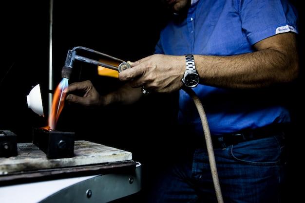 Meester werken met hoge temperatuur in het atelier