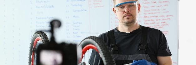 Meesterblogger demonstreert camera hoe je een fiets op de juiste manier kunt repareren. doe-het-zelf fietsreparatieconcept