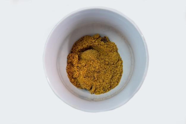 Meet de bruine suiker af in een kopje vanwege de precieze menging in het bakproces.