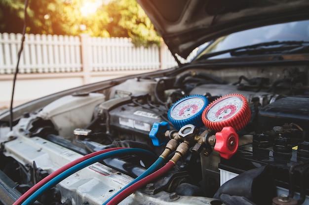 Meetapparatuur voor het vullen van auto-airconditioners.