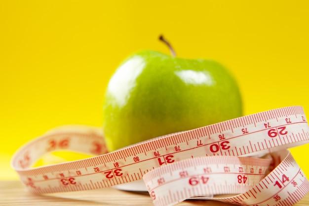 Meetlint en appels op tafel