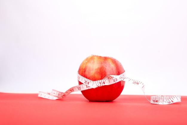 Meetlint gewikkeld rond een rode appel
