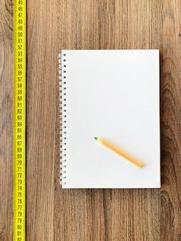 Meetlint met kladblok en pen voor een gezonde fitness
