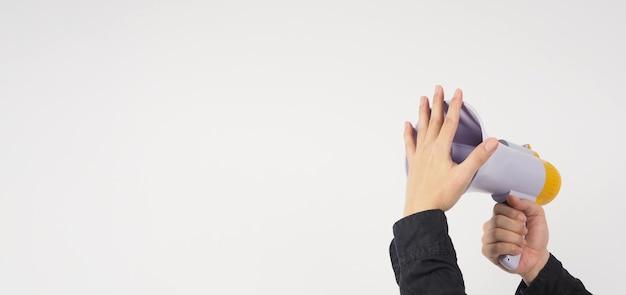 Megafoon in mannenhand en hij draagt een zwart shirt op een witte achtergrond. studio-opnamen.