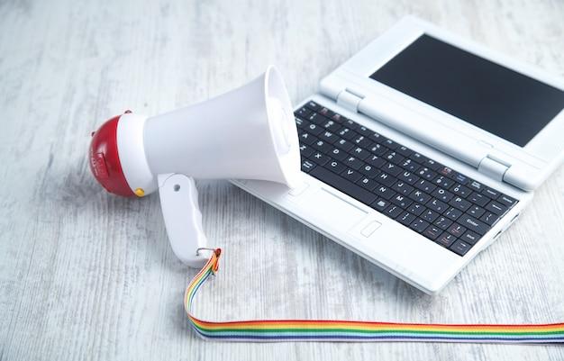 Megafoon met laptop op het bureau. aandacht