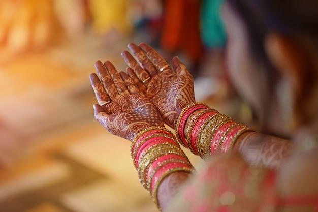 Mehandi bij de hand, indiase bruiloft