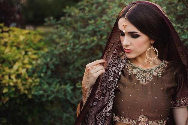 Mehendi op de handen van meisjes, vrouwenhanden met bruine mehndi-tatoeage. handen van indiase bruid meisje met bruine henna tatoeages.