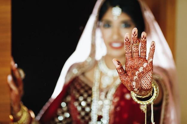 Mehendi van de authentieke indiase bruid bij de hand