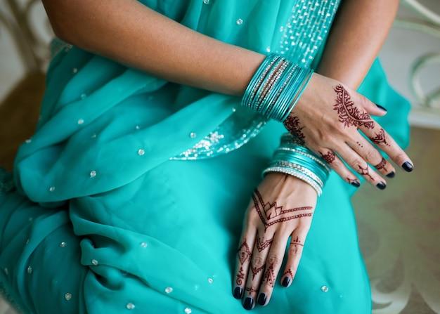 Mehndi op handen van de indiase vrouw