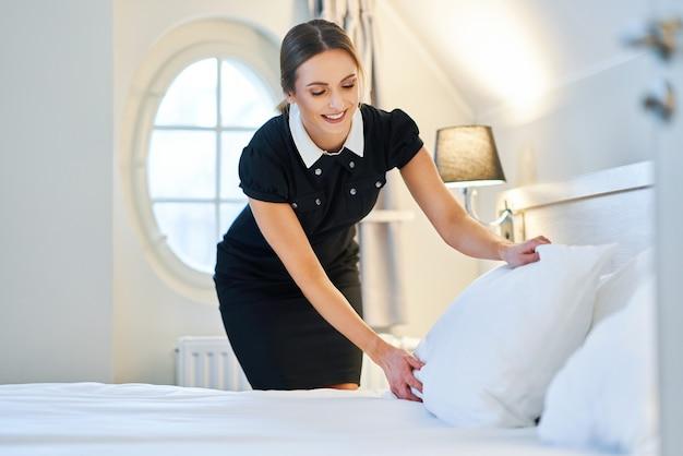Meid bed opmaken in hotelkamer hotel