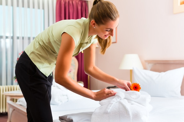 Meid doet roomservice in het hotel