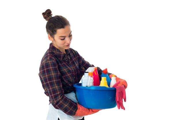 Meid vrouw met reinigingsmiddelen geïsoleerd op een witte muur
