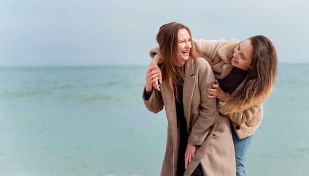 Meidum schoot gelukkige vrouwen aan zee neer