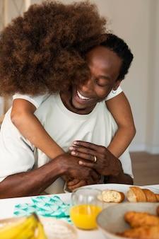 Meisje aan het ontbijten met haar vader