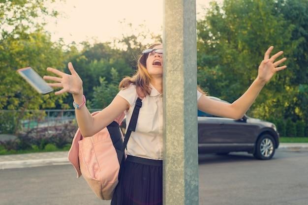 Meisje afgeleid door mobiele telefoon