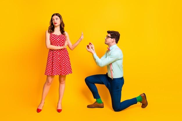 Meisje afwijzen man geef haar sieraden ring voorstellen trouwen