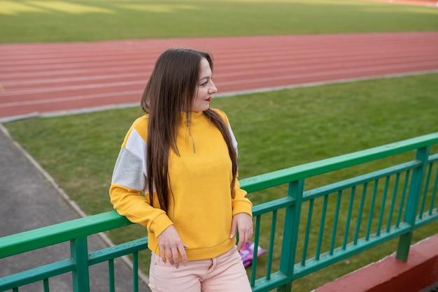 Meisje alleen in een leeg stadion. voor elk doel