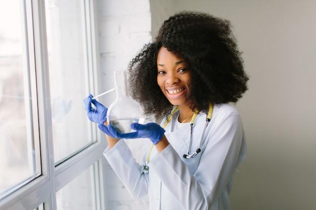 Meisje arts in een witte jas met een stethoscoop.