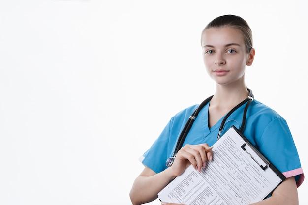 Meisje arts maakt een medisch onderzoek op een witte achtergrond