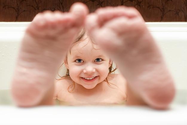 Meisje baadt in de badkamer