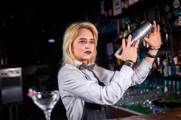 Meisje barman formuleert een cocktail op het bierhuis