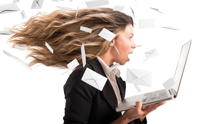 Meisje bedekt met een wind van e-mail