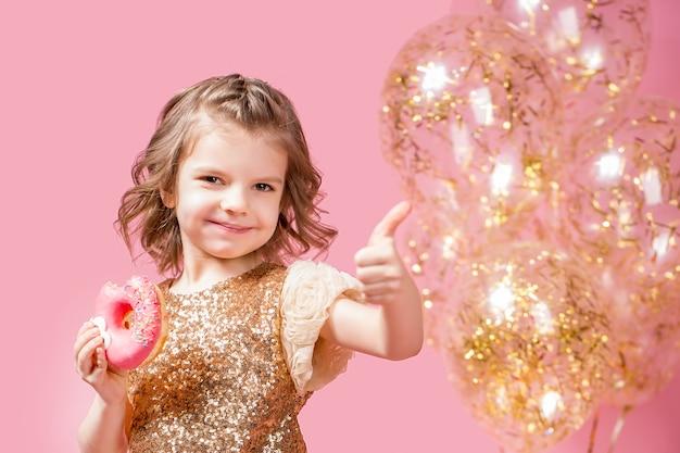 Meisje bedrijf donut en gebaren duim omhoog