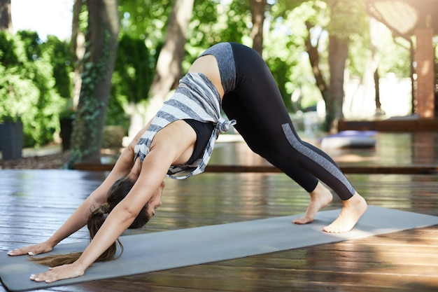 Meisje beoefenen van yoga of pilates in haar achtertuin die streeft naar een gezond lichaam