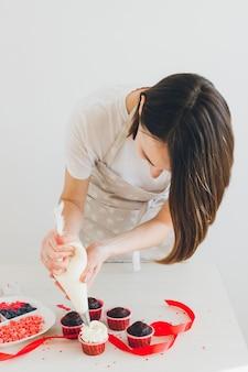 Meisje bereidt cupcakes