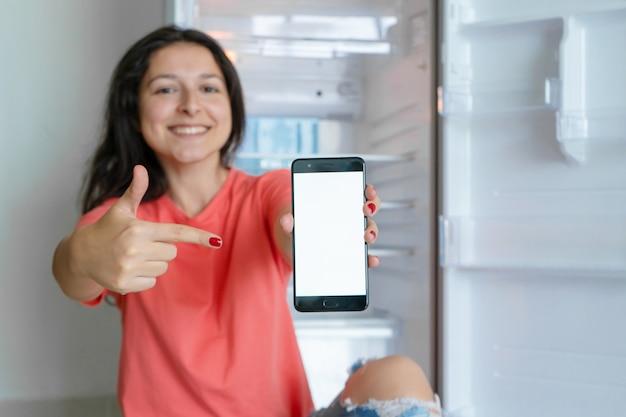 Meisje bestelt eten met behulp van een smartphone voor advertenties voor bezorgdiensten