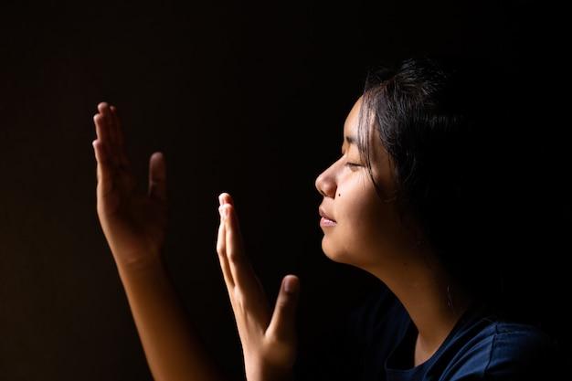 Meisje bidt met haar ogen dicht