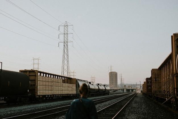 Meisje bij de la railorad tracks